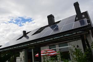 Det går att dra nytta av solens strålning. Med solceller på taket omvandlas den till elektricitet.