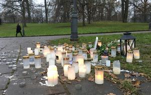 Ljus brinner på platsen där en ung man blev knivhuggen.