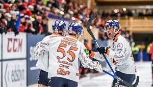 Per Hellmyrs klappas om efter att han gett Bollnäs ledningen med 1–0.