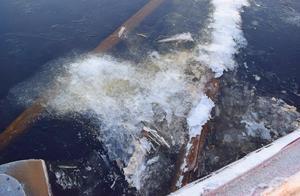 I kylan – på tisdagsmorgonen 16 minusgrader i Österfors – bildas ett skinn av is på Österdalälven och det samlas mot och ökar trycket på bron. Och länsarna är så nedtryckta av de vattenfyllda pontonerna att de inte styr isen mot öppningen.