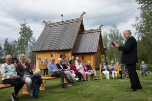 Askgravlunden i Lillsjöhögen invigs av tillförordnade kyrkoherde i församlingen Jan Gustavsson.