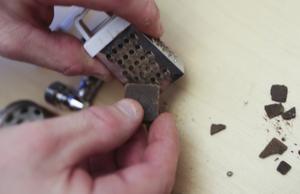 Polisen visar hur haschbitar rivs till ett pulver som missbrukare röker i pipor eller cigaretter.