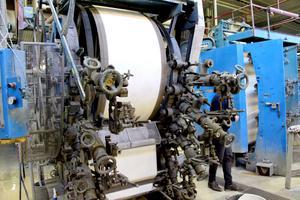 Gamla maskiner och mycket färg ger ett uttryck som liknar handtryck. Den äldsta maskinen byggdes på 1940-talet.