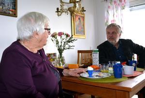 Digitaliseringen är viktig för alla, menar Karin Nyberg under Peter Erikssons besök.