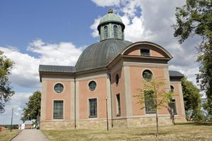 Kung Karls kyrka är svår att missa med sitt läge på höjden mitt i Kungsör.