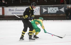 Patrik Nilsson har mycket kvar att leverera på bandyisen – den gänglige från Söderfors agerar med obruten kraft.