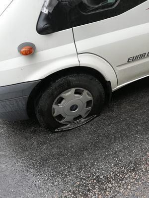 Två av däcken punkterades fullständigt i samband med blixtnedslaget.
