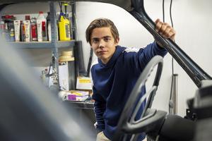 William Nyberg har redan hunnit renovera flera bilar trots att han endast är 17 år.