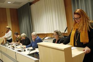 Stina Bohlin (S), utbildningsnämndens ordförande, – närmast i bild – besvarade frågorna från Hybo föräldraråd, som ställdes av Therese Johnsson, längst till vänster.