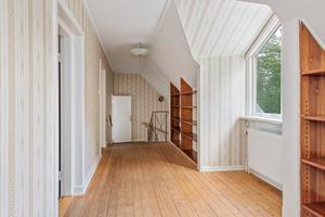 På övervåningen i bostadshuset finns flera sovrum. Foto: Carlsson ring