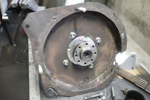 För att motorn ska passa i växellådan har elbilens skapare varit tvungen att svarva och på andra sätt forma delar för att det ska passa till den före detta bensinbilen.