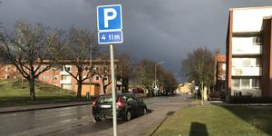 Parkeringsfickorna på Österled i Arboga är avsedda för tillfälliga besök, förklarar kommunen.