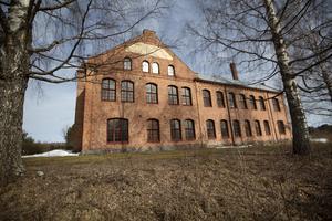 Fabriken stod klar 1913 och under 50 år tillverkade Jon Paulsson fiskredskap här.