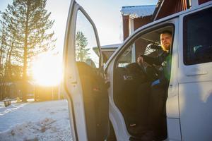 Bilen står på gården och går att köra med men Emil och Moa Ekenberg känner en oro och vill inte använda bilen i onödan.