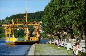 Färjan lägger till i badhusparken Storsjöyran 1996.