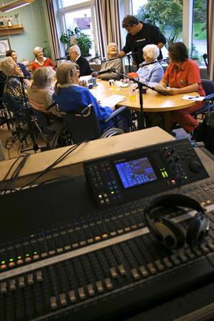 Teknikhjälp. Ljudteknikern Reidar Andersson från Studiefrämjandet ställer in mikrofonerna. Det är viktigt att alla hörs ordentligt när inspelningen startar.