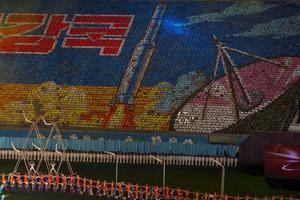 Tusentals nordkoreaner med färgglada pappersark bildar Unha 3- raketen som sköts upp i december 2012.