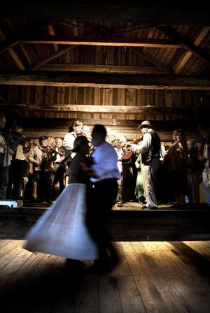 Dans på logen. Par dansar till toner av Svärdsjö Spelmanslag. De bildades 1952 och är ett av Dalarnas äldsta. Foto:Lars Dafgård