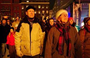 Bengt och Inez Amcoff beundrade den andäktiga eldsymfonin där elden rör sig i takt till specialkomponerad musik.