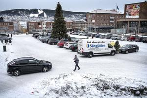Parkering på Stortorget i Östersund under julhandeln.
