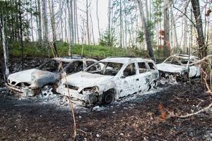 De brunna bilarna stod tidigare inne i Strömsbruk. Det är oklart vem som flyttat dem och vem som tänt eld på fordonen.