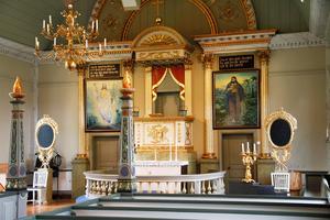 Altarpredikstolen i kyrkan i Los är iögonfallande.