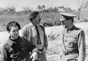 Ernest Hemingway 1937  tillsammans med den nederländske filmmakaren Joris Ivens och tyske författaren Ludwig Renn som båda tjänstgjorde som officerare i de internationella brigaderna.  Foto: Okänd