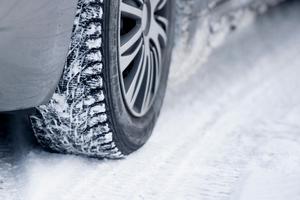 Vinterdäck i bra skick är livsviktigt.  Bild: Jon Olav Nesvold/NTB Scanpix