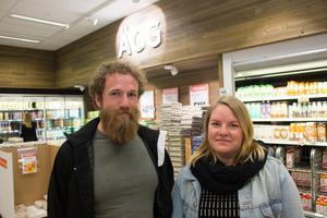 Emil Sjöberg och Anna Larsson, Norrtälje: – Det känns väl rimligt att de har jordbruksstöd. Men skulle det försvinna så är väl det enda valet att betala mer för maten. Vi betalar hellre mer för lokalproducerad än utifrån producerad mat.