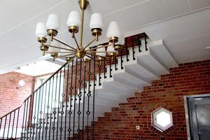 Takkrona, spaljé och svängd trappa.