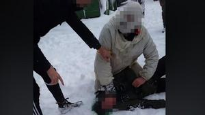 Bild från filmen som sägs visa hur en jägare tar stryptag på en aktivist. Foto: Hunt Saboteurs Sweden