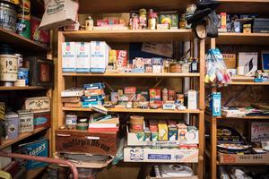 Matförpackningarna är fortfarande fulla – och köptes på auktion.