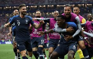 Paul Pogba kramas om efter sitt 3–1-mål i VM-finalen. Bild: Bildbyrån