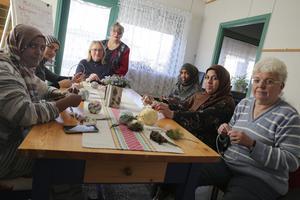 """Grengehuset i Grangärde kan få Ludvika kommuns integrationspris. Här drivs projekt"""" för nyanlända med språkträning. Från vänster Juma Ahmed Mohamed Aman, Maram Estanbouli, Elisabeth Hall, Marianne Gottfridsdotter Nåhem, Rahmo Dahir Hassan, Wafika Almousa och Tia Permats."""
