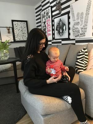 Evelina Andersson med yngsta dottern Emmylou. Bild: privat
