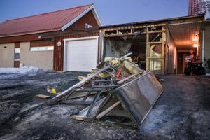 En bil började på morgonen brinna i Odensala och branden spred sig till ett närliggande garage.