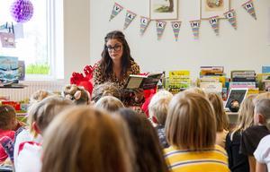 Ylva Hällen läst högt ur båda sina böcker och berättade för barnen hur hon hittade inspiration till sina historier.