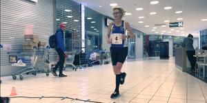 52-åriga Anna Samuelsson från Skövde leddeinledningsvis, men fick nöja sig med en sjätteplats på 51,2 kilometer. Ålder är absolut inget hinder i ultralopp – av topp fem i damklassen var bara vinnaren Yann Hellman yngre än 48. Erfarenhet är snarare en förutsättning för framgång. På herrsidan var det också två 40-plussare på pallen.