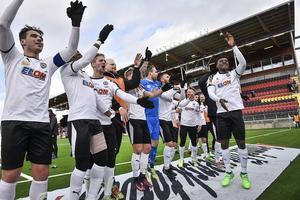 Det samlade kollektivets arbetsinsats. Det var segermelodin för ÖSK när man betvingade Östersunds FK efter en närmast perfekt genomförd prestation. Här tackar spelarna sina cirka 30 uppresta supporters för stödet.