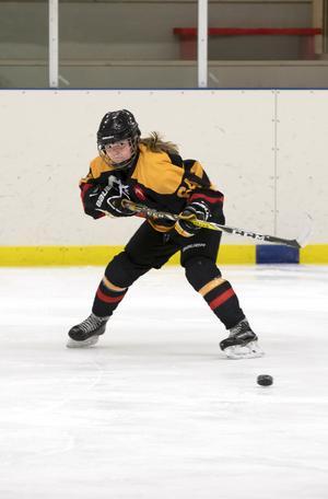 Clara von Strokirch. 16 år, spelar i SHK damer medium och bor i Skärplinge. En plats i damlaget eller damer medium i SHK är drömmen för många av tjejerna i hockeyskolan.