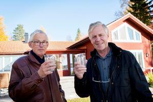 Nils Lundström, 70, och Torgny Hemming, 66, har i flera år haft synpunkter på dricksvattnet i Dröverka. Redan 2013 såg de fram emot att få skåla med kommunalt vatten i glasen och 2020 kanske det blir verklighet.Foto: Carl Lindblad/Arkiv