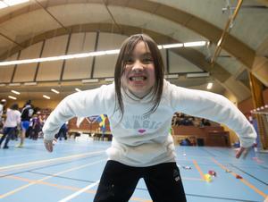 Frida Westlin, 9 år, berättar att hon tränar med Sandvikens BK men inte tävlar. Hon visar upp fin fighting spirit i alla fall.
