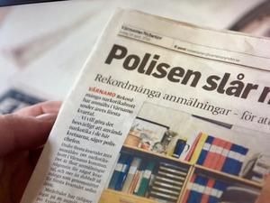 Här sitter Anders Öfvergård och läser Värnamo Nyheters artikel om att rekordmånga narkotikabrott har anmälts under det första kvartalet av 2019.