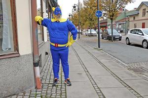 Superhjältedräkten åker på ibland. Då kan det hända att Bananhjälten (Daniel Guldstrand) syns på gatorna i Lindesberg.