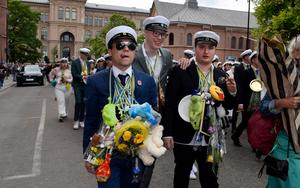 Studenternas parad genom stan följdes av många släktingar, vänner och andra nyfikna.