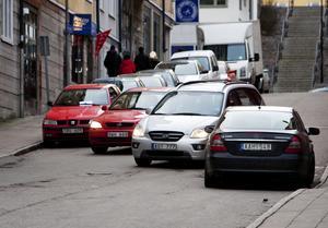Så här ser det ofta ut på Rådhusgatan ni centrala Södertälje. Och inte allt för sällan är det lastbilar inblandade också.