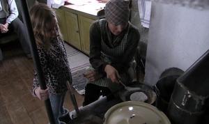 I Röklandsgården får barnen lära sig om hur man levde förr och så får de prova att baka på gammalt vis.