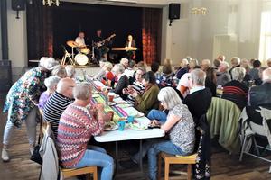 Många riktade blickarna mot Gösta Svenssons trio på Högsgårdens scen i lördags. Foto: Helena Jonsson