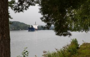 Fartyget Rix Crystal är på väg in i Södertälje kanal från Mälaren.