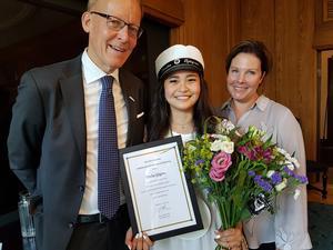 Årets Svanholmstipendiat, Emilia Sjögren i klass 1601 på ABB Industrigymnasium tillsammans med ABB Sveriges vd Johan Söderström och ABB:s HR-chef Maria Brithon Brinck.